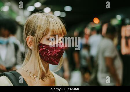 Belle fille conduite sur un wagon de métro pendant la pandémie de Covid-19, des concepts sur le mode de vie, la trasportation et la distanciation sociale
