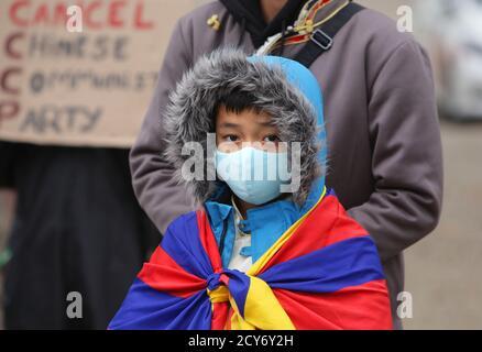 Des militants et des partisans de Pro-Democracy à Chine prennent part à une manifestation d'action mondiale au Museumplein dans le contexte de la pandémie du coronavirus le 1er octobre,
