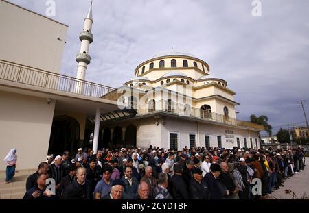 Les fidèles musulmans prient à l'extérieur de la mosquée Gallipoli située dans la banlieue ouest de Sydney, à Auburn, en Australie, le 10 juillet 2015. REUTERS/David Gray