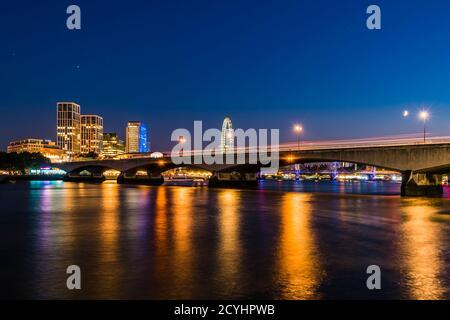 Feux de nuit sur la rivière autour du pont de Waterloo au crépuscule, Westminster, Londres, Royaume-Uni