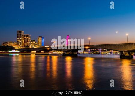 Feux sur la rivière autour de Waterloo Bridge au crépuscule, Westminster, Londres, Royaume-Uni