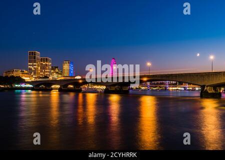Feux sur la Tamise autour du pont de Waterloo au crépuscule, Westminster, Londres, Royaume-Uni