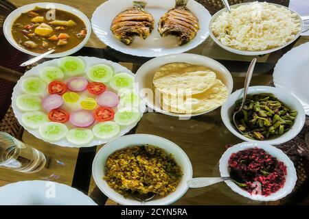 Repas indien typique sur l'arrière-plan péniche: Riz, haricots, chou, curry, papaye, poisson frit; Alappuzha (Alleppey), Kerala, Inde