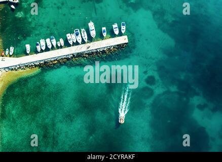 Vue aérienne de bateaux étonnants en Croatie. Paysage minimaliste avec des bateaux et la mer dans la baie de la marina. Vue de dessus de drone du port avec yacht, bateau à moteur et voilier. Magnifique port