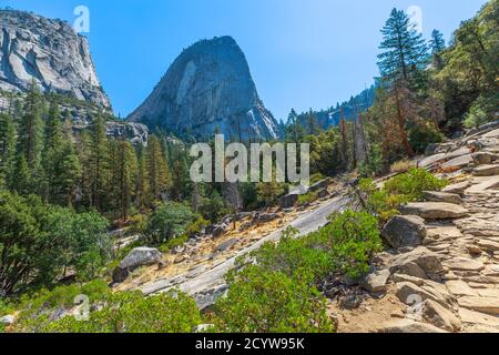 Panorama de Half Dome, Mt Broderick et Liberty Cap Peaks sur le sentier Mist dans le parc national de Yosemite. Voyage d'été en Californie, États-Unis de