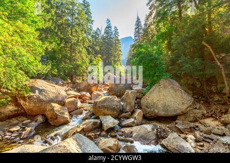 Descente de la rivière Merced de la chute d'eau de Vernal Falls depuis le pont de John Muir Trail dans le parc national de Yosemite. Vacances d'été en Californie