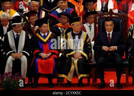Le vice-premier ministre chinois Li Keqiang (R) siège à côté du chef de l'exécutif de Hong Kong Donald Tsang (2e R) et du vice-chancelier de l'Université de Hong Kong Tsui Lap-chee (L) lors de la cérémonie du centenaire de l'Université de Hong Kong le 18 août 2011. Porteur de cadeaux pour le peuple de Hong Kong, Li, qui a déclaré être le prochain Premier ministre de la Chine, courtise la bourgade financière du sud cette semaine dans un tour d'échauffement politique pour prendre le pouvoir du Premier ministre populaire Wen Jiabao. REUTERS/Bobby Yip (CHINE - Tags: ÉDUCATION POLITIQUE)