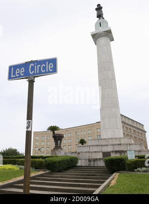 Un monument de 60 m (18 pi) au général confédéré Robert E. Lee surplombe un cercle de circulation à la Nouvelle-Orléans, Louisiane, le 24 juin 2015. Le maire de la Nouvelle-Orléans, Mitch Landrieu, a appelé mercredi matin au remplacement de la statue. REUTERS/Jonathan Bachman