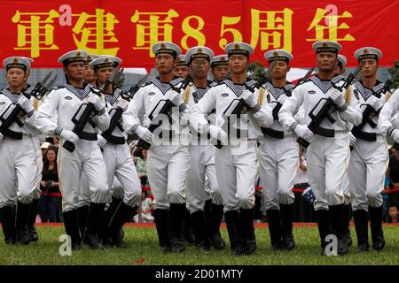 Les marins de la marine de l'Armée populaire de libération chinoise (ALP) marchent pendant une journée portes ouvertes à la base navale de Ngong Shuen Chau, sur l'île de Stonecutters à Hong Kong, le 28 juillet 2012. La base navale a été ouverte au public samedi, quatre jours avant la Journée de l'Armée de l'Armée de libération de l'Armée de terre, le 1er août. REUTERS/Tyrone Siu (CHINE - Tags: POLITIQUE MILITAIRE MARITIME)