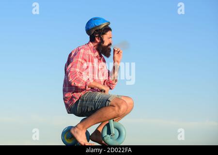 Drôle d'homme hippster à vélo.