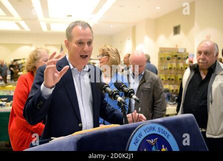 Le procureur général de New York, Eric Schneiderman, s'adresse aux journalistes lors du salon des armes de New Eastcoast Arms Collectors Associates au Saratoga Springs City Centre à Saratoga Springs, New York le 13 octobre 2013. REUTERS/Hans Pennink (ETATS-UNIS - Tags: POLITIQUE) Banque D'Images