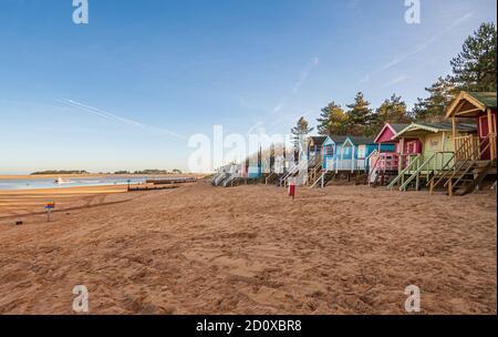 cabanes de plage et plage de sable à puits au bord de la mer sur la côte nord de norfolk royaume-uni hiver soleil angleterre