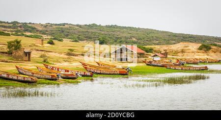 Bateaux de pêche montrés sur la rive du canal de Kazinga. Le canal de Kazinga est la seule source de transport dans cette région d'Afrique centrale