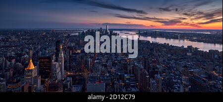 Vue panoramique aérienne d'un coucher de soleil sur la ville de New York au-dessus des gratte-ciels de Manhattan. Paysage urbain de Midtown, Lower Manhattan avec le fleuve Hudson. NYC