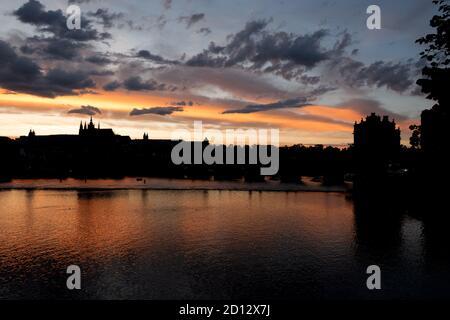 Vue sur le château de Prague, site touristique sur la Vltava (Moldau) à Prague, République tchèque, Europe. Magnifique paysage de ville avec monuments