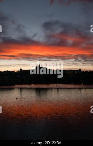 Vue sur le château de Prague, site touristique sur la Vltava (Moldau) à Prague, République tchèque, Europe. Magnifique paysage de ville avec monument