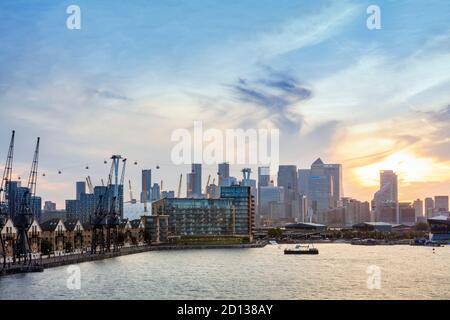 Royaume-Uni, Londres, Docklands. Quartier central des affaires depuis l'est de Londres, avec les quais Royal Victoria, le O2 Millennium Dome et le téléphérique Emirates
