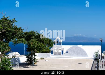 Détail typique d'un clocher d'une église blanche orthodoxe dans le village d'Oia, santorini, cyclades, Grèce.