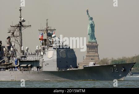 The U.S. Navy's guided missile cruiser USS Vella Gulf passes the Statue of Liberty during the parade of ships entering New York harbor for the annual 'Fleet Week' May 20, 2009.  REUTERS/Mike Segar   (UNITED STATES MILITARY)