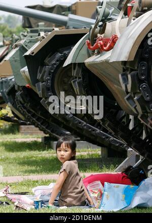 Un enfant est assis à côté d'un char utilisé pendant la guerre de Corée, au musée de la guerre de Corée à Séoul le jour du souvenir le 6 juin 2007. Techniquement, la Corée du Sud et la Corée du Nord sont toujours en guerre, parce que leur conflit de 1950-53 s'est terminé par une trêve armée qui n'a jamais été convertie en traité de paix. REUTERS/JO Yong-Hak (CORÉE DU SUD)