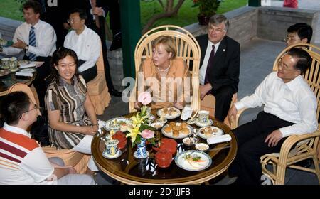 Le Premier ministre chinois Wen Jiabao (R) siège avec la chancelière allemande Angela Merkel (C) dans un salon de thé à Zhongshan Park, à côté de la Cité interdite à Beijing le 27 août 2007. REUTERS/Adrian Bradshaw/Pool (CHINE)