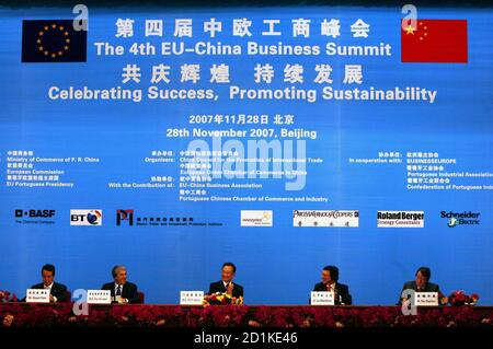 Le Premier ministre chinois Wen Jiabao (C) s'oppose à ce qu'il siège entre le Premier ministre portugais et le président de l'Union européenne José Socrates (2e L) et le président de la Commission européenne Jose Manuel Barroso (2e R) Lors de la cérémonie de clôture du 4ème Sommet des affaires Union européenne-Chine dans la Grande salle du peuple à Beijing le 28 novembre 2007. Le ministre portugais de l'économie Manuel Pinho (L) et le commissaire européen au commerce Peter Mandelson (R) y regardent. REUTERS/David Gray (CHINE)