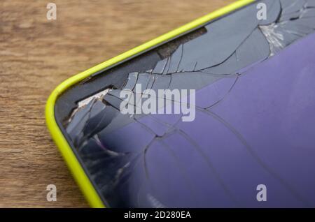 Photo macro d'un téléphone mobile jaune avec un cassé affichage