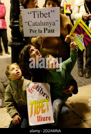People take part in a march to commemorate the 49th anniversary of a Tibetan uprising against Chinese rule, at Plaza Sant Jaume in central Barcelona March 10, 2008. The sign in the background reads: 'Tibet, Catalonia, for the peace'. REUTERS/Gustau Nacarino  (SPAIN)