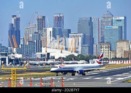 L'avion de British Airways tourne sur la piste de l'aéroport de London City pour Départ pour un voyage d'affaires depuis Canary Wharf East London Docklands Angleterre Royaume-Uni