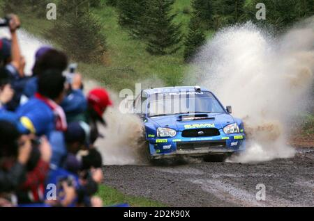 Subaru's driver Chris Atkinson of Australia and compatriot co-driver Glenn Macneall speed out of water during the second leg of Rally Japan of the 2005 FIA World Rally Championship (WRC) round 13 race in Rikubetsu, northern Japan, October 1, 2005. Atkinson was placed sixth in a provisional time of two hours 37 minutes 17.3 seconds after the second leg. REUTERS/Kimimasa Mayama Banque D'Images