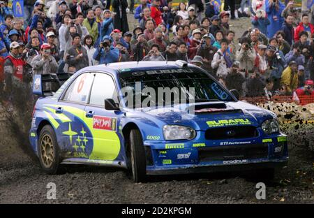 Subaru driver Chris Atkinson of Australia and compatriot co-driver Glenn Macneall turn a corner at Special Stage 22 during the third leg of the Rally of Japan, the 13th round of the 2005 FIA World Rally Championship (WRC), in Shintoku, northern Japan, October 2, 2005. REUTERS/Kimimasa Mayama Banque D'Images