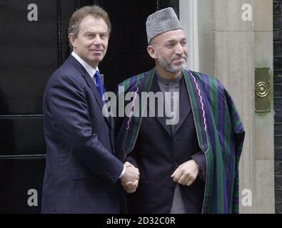 Le Premier ministre britannique Tony Blair (à gauche) rencontre le chef intérimaire afghan Hamid Karzaï à Downing Street, Londres, lors d'une visite en Grande-Bretagne. S'exprimant dans la salle du Cabinet au 10 Downing Street Hamid Karzaï a remercié la Grande-Bretagne et ses alliés d'avoir remis son pays à son peuple. * .... et le libérer de la force d'occupation des Taliban et de ses alliés terroristes. Il n'est que le deuxième chef des affaires étrangères après Bill Clinton à avoir le privilège de s'adresser aux ministres.