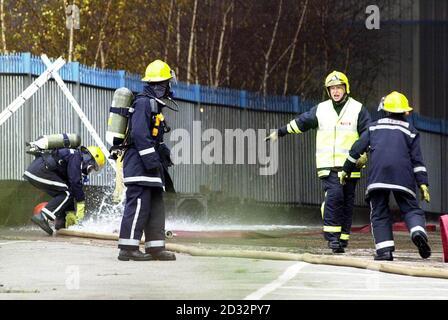 Des pompiers de Willenhall qui ont cassé leur ligne de piquetage pour assister à un incendie massif dans une usine de plastique désutilisée à West Bromwich le premier jour de la grève nationale des pompiers ont assisté sur les lieux de l'incident.