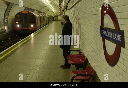 Les passagers arrivent sur le premier train de voyageurs en direction ouest du métro de Londres à Chancery Lane, dans le centre de Londres, depuis un déraillement le 25 janvier. * le train était le 05.53 se rendant à Ealing Broadway à travers le tunnel où le déraillement s'était produit. Le métro de Londres prévoit de faire fonctionner l'ensemble de la ligne d'ici Pâques, bien qu'une pénurie de raccords de boîte de vitesses empêche la flotte de trains de 85 personnes de se préparer jusqu'à une date ultérieure. Certaines des stations de métro les plus achalandées de London qui ont été fermées à la suite d'un déraillement de Central Line rouvriront le jeudi 03 2003 avril.