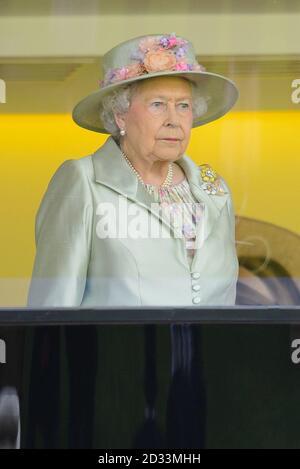 La reine Elizabeth II prend son siège dans la boîte royale pendant le deuxième jour de la réunion de 2014 de l'Ascot à l'hippodrome d'Ascot, Berkshire. Banque D'Images