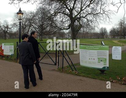 Les visiteurs arrivent à la Diana, la fontaine commémorative de la princesse de Galles, dans Hyde Park, à Londres, pour trouver les portes fermées. Les réparations de la fontaine du souvenir à Hyde Park seront synonymes de fermeture pendant quatre mois et de réouverture complète le 1er mai.