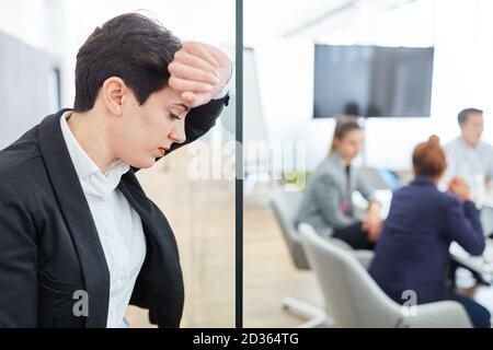 Femme d'affaires fatiguée ayant un mal de tête en raison du stress et surcharge au bureau Banque D'Images