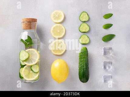 bouteille en verre avec eau infusée avec citron, concombre, menthe et glace. Boisson d'été saine.
