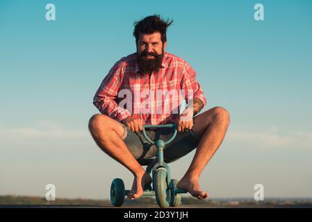 Motard amusant. Homme à vélo.