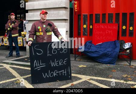 Les pompiers font leur piquetage le troisième jour de leur grève de huit jours au caserne de pompiers de Clerkenwell, dans le centre de Londres, le 24 novembre 2002. [Gordon Brown, le chancelier de l'Échiquier britannique, a déclaré sans ménagement aux pompiers en grève que l'offre des employeurs d'une augmentation de salaire de 16 pour cent proposée vendredi n'était pas abordable.]