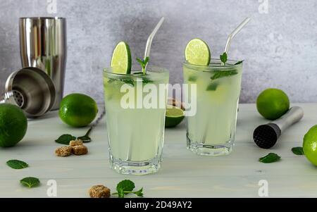 Mojito de cocktail à la menthe alcoolisée rafraîchissant au rhum et au citron vert