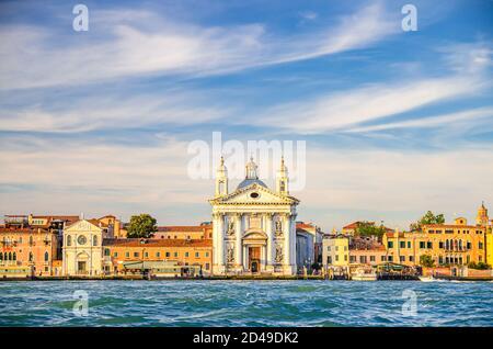 Église Chiesa di Santa Maria del Rosario sur le remblai de Fondamenta Zattere ai Gesuati dans le centre historique de Venise Dorsoduro sestiere, vue de l'eau du canal Giudecca, région de Vénétie, Italie