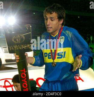Boca Juniors milieu de terrain Matias Abel Donnet détient une clé d'une voiture Toyota comme prix MVP après que son équipe Argentine a battu l'AC Milan en Italie dans le championnat de football de la coupe du monde de Club 3-1 dans une fusillade de pénalité au stade international de Yokohama le 14 décembre 2003. REUTERS/Eriko Sugita ES/fa