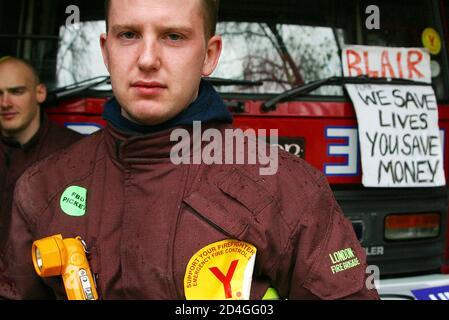 Les pompiers britanniques se tiennent sur la ligne de piquetage devant une caserne de pompiers dans le centre de Londres le premier jour complet de la grève nationale des pompiers de 48 heures, le 14 novembre 2002. Les pompiers britanniques, en grève alors que le pays est en alerte terroriste, ont menacé le Premier ministre Tony Blair le 14 novembre d'un retour des problèmes syndicaux qui ont renversé un précédent gouvernement travailliste. REUTERS/Michael Crabtree MC/ASA/AA