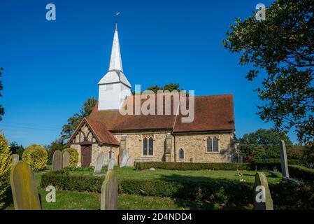 St Mary l'église de la Vierge à Hawkwell, Rochford, près de Southend, Essex, Royaume-Uni. Diocèse de Chelmsford. Construction en gravats de pierre. Flèche blanche brillante Banque D'Images