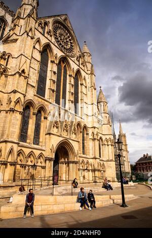 Royaume-Uni, Angleterre, Yorkshire, York Minster, visiteurs à l'extérieur du Sud ; transept sous le soleil