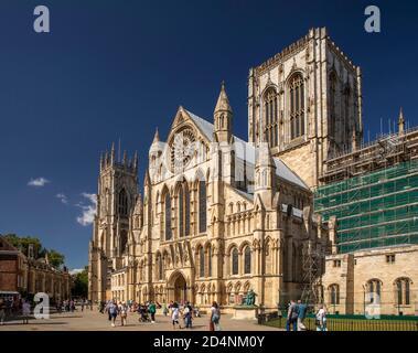 Royaume-Uni, Angleterre, Yorkshire, York Minster, les visiteurs en dehors du Sud transept au soleil