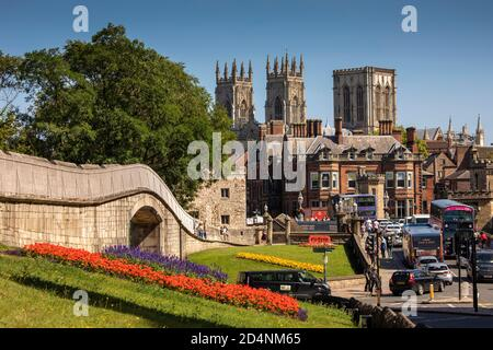 Royaume-Uni, Angleterre, Yorkshire, York, murs de la ville à War Memorial Gardens avec Minster Beyond