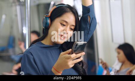 Jeune femme téléphone mobile dans le train public . Ville urbaine style de vie navettage concept .