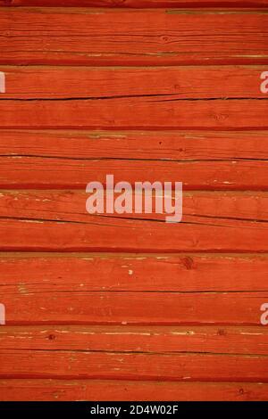 Gros plan d'un mur en rondins peint avec de la peinture ocre rouge , Finlande Banque D'Images